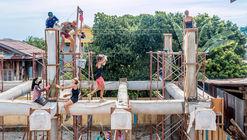 """Arquitectos y mujeres """"Khmer"""" construyen un centro comunitario utilizando tela y hormigón"""