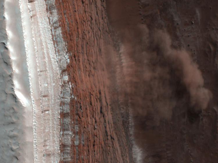 "(fig.4) ""Mars Avalanche Hirise"" by NASA - http://antwrp.gsfc.nasa.gov/apod/ap080311.html. Licensed under Public Domain. Image vía Commons"