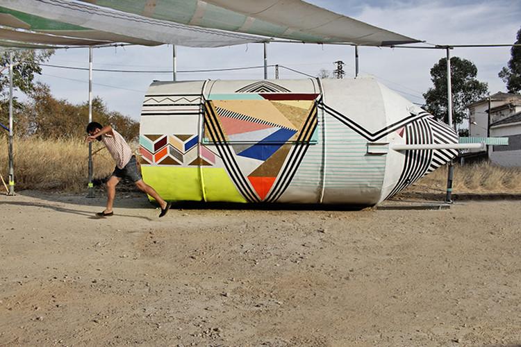 Por medio del graffiti y la geometría reactivan una antigua nave cementera en España , © Riopark