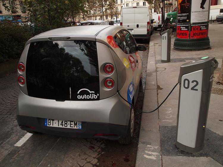 Em Paris, a Bateria de lítio dos veículos é recarregada em estações simples instaladas nas ruas.© Francisco Gonzalez, via TheCityFix Brasil