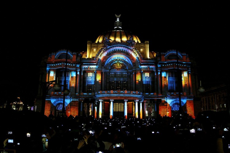 Video Mapping en México: una nueva luz sobre antiguos volúmenes, Palacio de Bellas Artes, Ciudad de México. Image vía info7.mx