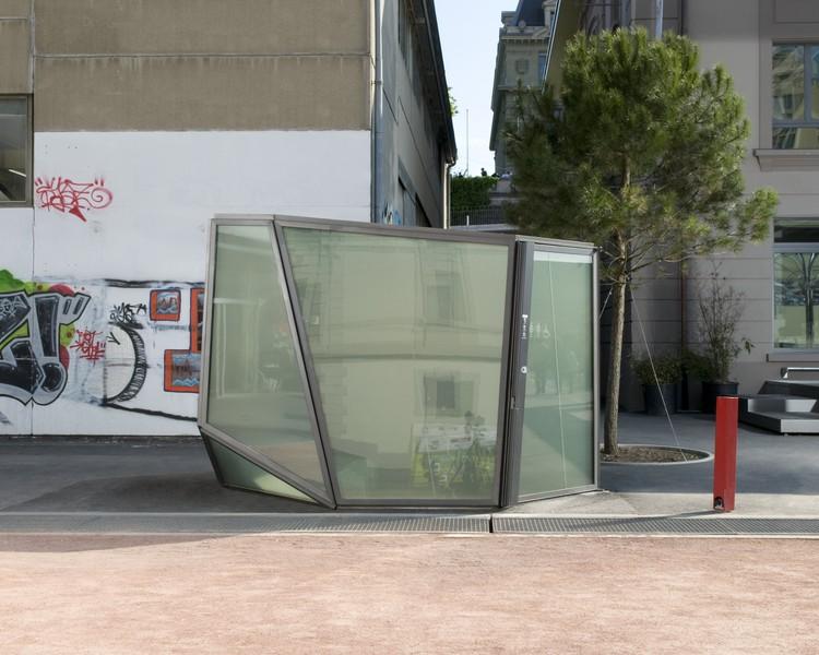 Baños transparentes. Image via DesignCurial