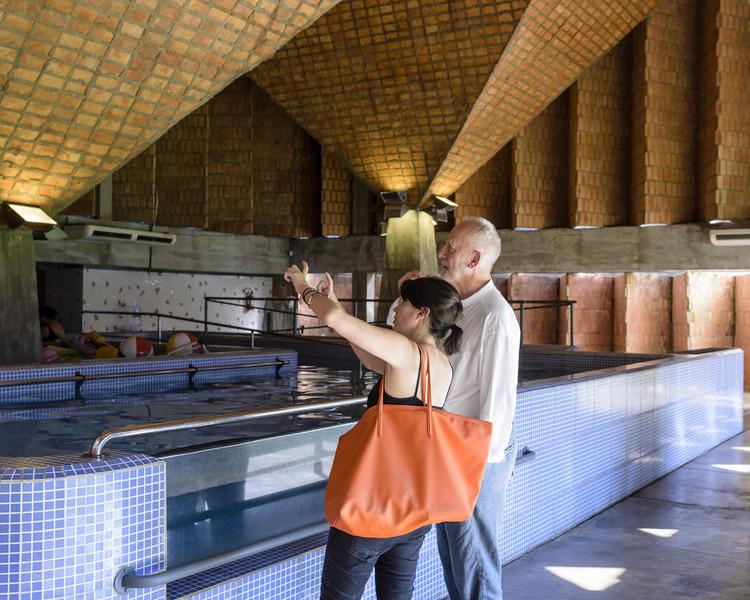 Mentor y aprendiz recorriendo el Centro de Rehabilitación de Niños de la Teletón en Asunción, diseñado por el Gabinete de Arquitectura. Imagen cortesía de Gloria Cabral y Peter Zumthor / Rolex Mentor and Protégé Arts Initiative