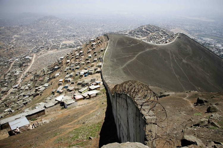 Muro entre Las Casuarinas y Pamplona Alta. Image vía EFE