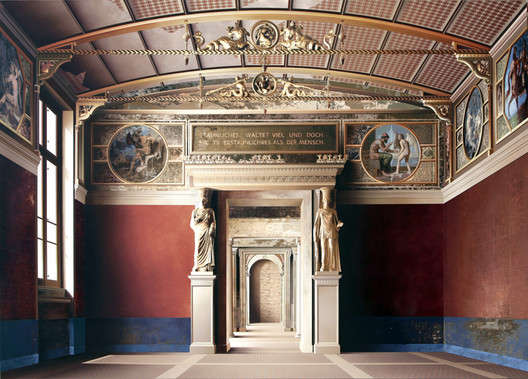 'Room of the Niobids' (2011, acrylic on canvas, 71 x 99in / 180 x 252cm): depiction of the Neues Museum (Berlin) by David Chipperfield Architects & Julian Harrap. Image © Ben Johnson