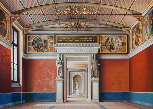'Room of the Niobids II' (2011, acrylic on canvas, 71 x 99in / 180 x 252cm): depiction of the Neues Museum (Berlin) by David Chipperfield Architects & Julian Harrap. Image © Ben Johnson