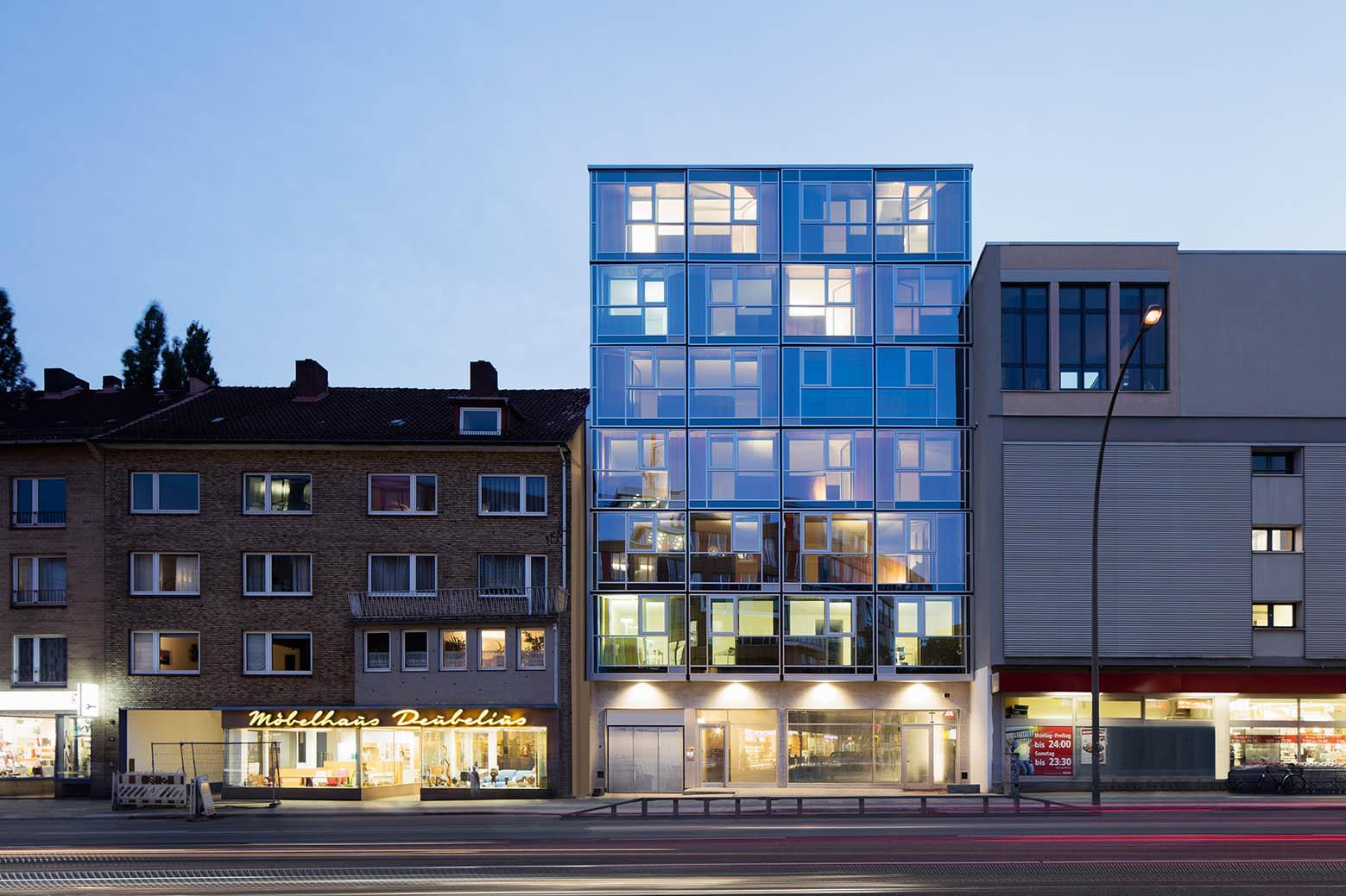 Residential and office building blauraum architekten for Hotel und design