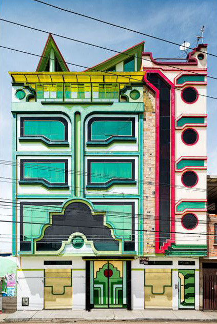 The New Yorker Releases Stunning Portfolio of the Works of Freddy Mamani, Mamani's Work is typified by its futuristic facades. Image © Peter Granser