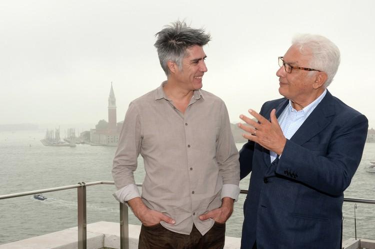 Alejandro Aravena e Paolo Baratta.  Cortesia de Biennale di Venezia
