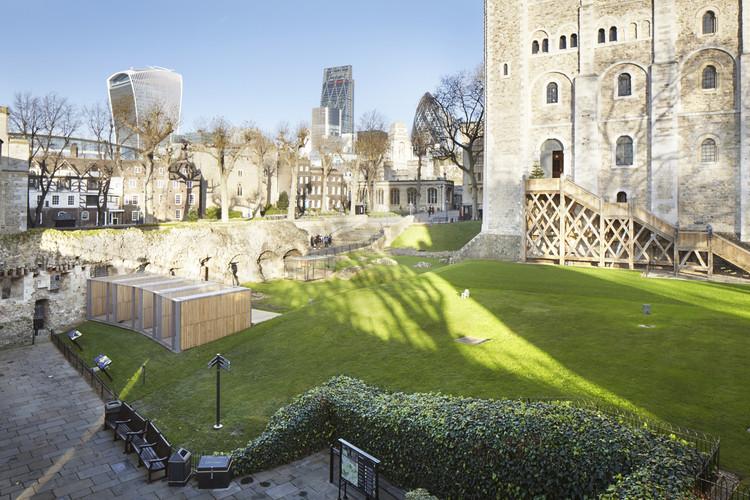 Casa para cuervos en la Torre de Londres / Llowarch Llowarch Architects, © Jack Hobhouse