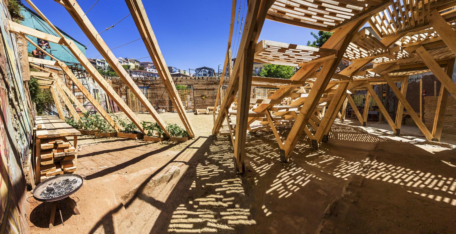 La Ola: espacio de actuación público / The Scarcity and Creativity Studio