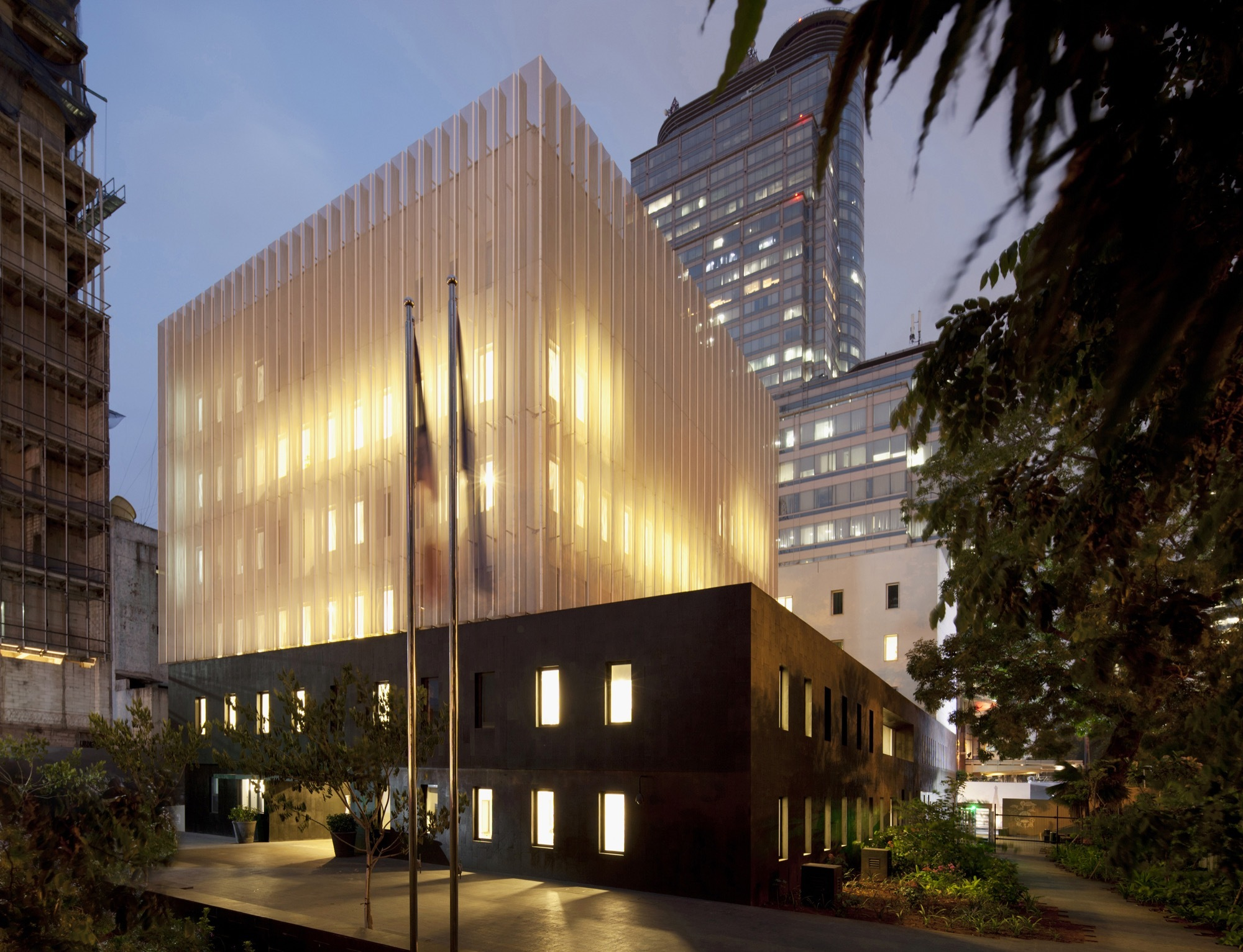 Embassy of france and french institute in jakarta segond for Architectes de france