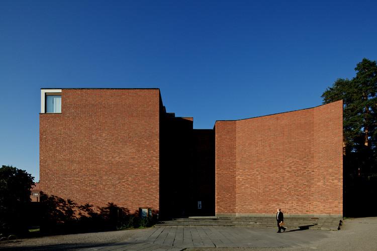"""La universidad de Jyvaskyla, diseñada por Alvar Aalto, comúnmente es citada como un ejemplo de """"regionalismo crítico"""". Sin embargo, según Salingaros, este movimiento arquitectónico no avanza muy lejos en su esfuerzo de remover a la arquitectura de la influencia de los principios modernistas. Image © Nico Saieh"""