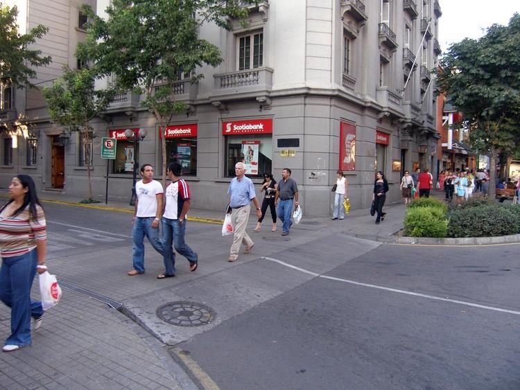 Cruce peatonal a nivel de la vereda. Image © bilobicles bag, vía Flickr