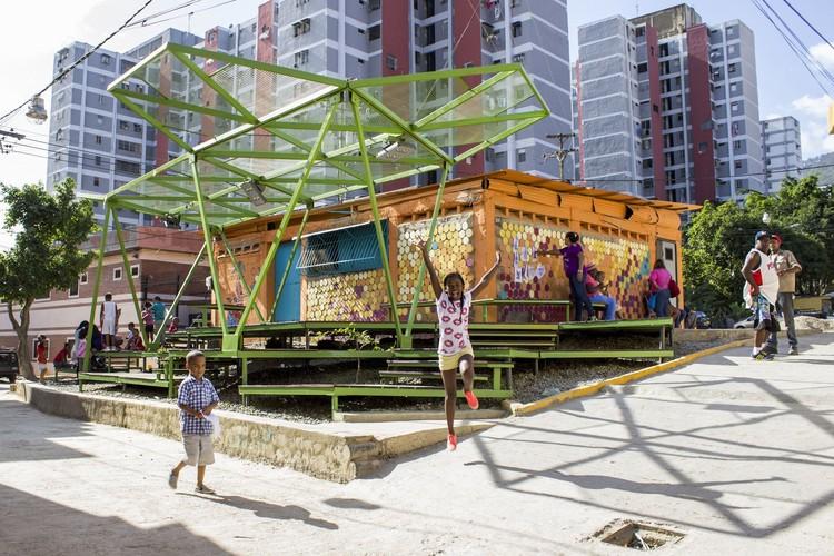 Josep Maria Montaner: 'Hoy vivimos una total dualización de la arquitectura', Espacios de Paz 2014 en Pinto Salinas, desarrollado por Oficina Lúdica y PKMN. Image Cortesía de  PICO Estudio