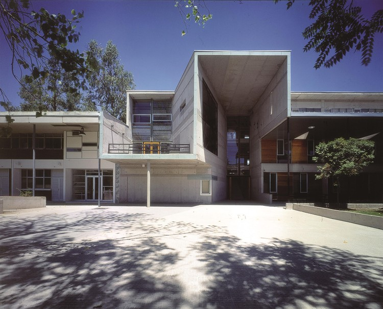 Mathematics School, Universidad Católica de Chile. Santiago, Chile 1999. Image © Tadeuz Jalocha
