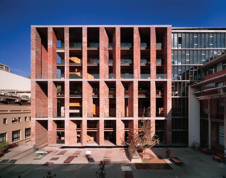 Medical School, Universidad Católica de Chile. Santiago, Chile 2004. Image © Roland Halbe