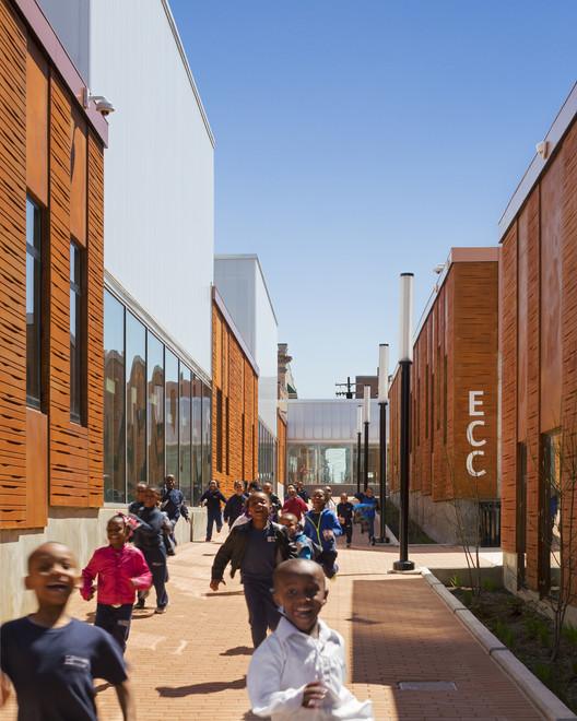 Henderson-Hopkins School / Rogers Partners. Image © Albert Vecerka ESTO