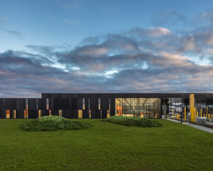 US Land Port of Entry / Snow Kreilich Architects, Inc. and Robert Siegel Architects. Image © Paul Crosby