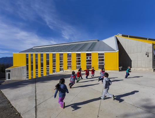 Manuel Anabolon School / Gubbins Arquitectos. Image © Marcos Mendizabal