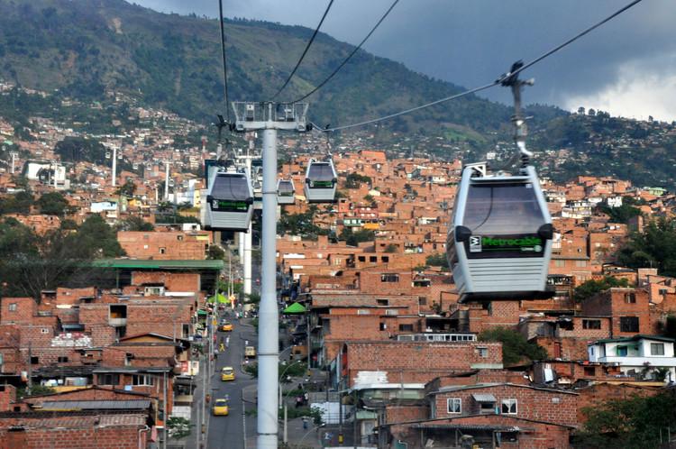 Diez malentendidos sobre la urbanización global, desde Latinoamérica, Metrocable en Medellín. Image © Jorge Láscar