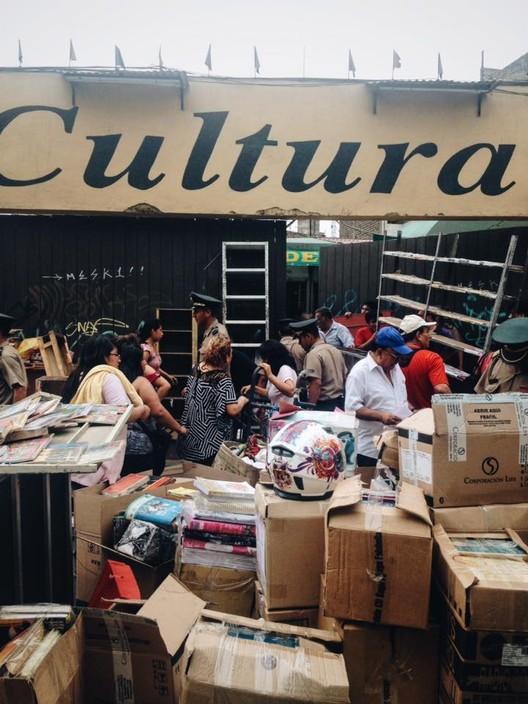 """Desalojo del """"Boulevard de la Cultura"""". Image © Claudia Narvasta"""