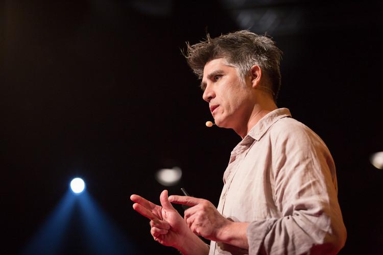 Ministerio chileno de Obras Públicas desarrollará propuestas con Alejandro Aravena, Alejandro Aravena en TED Talks. Image Cortesía de James Duncan Davidson / TED