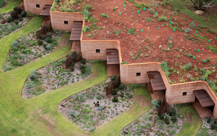 Winner in the Housing Category. The Great Wall of WA / Luigi Rosselli. Image © Edward Birch