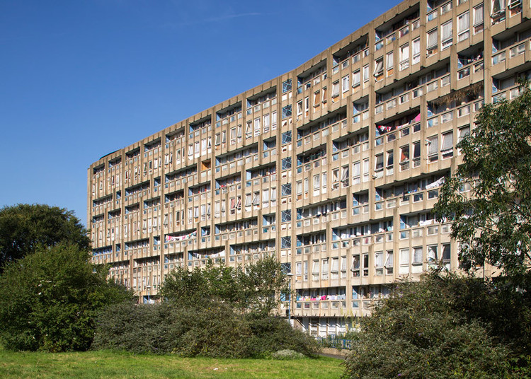 Haworth Tompkins Selected for Robin Hood Gardens Regeneration, Soon to be demolished: Robin Hood Gardens. Image © Luke Hayes