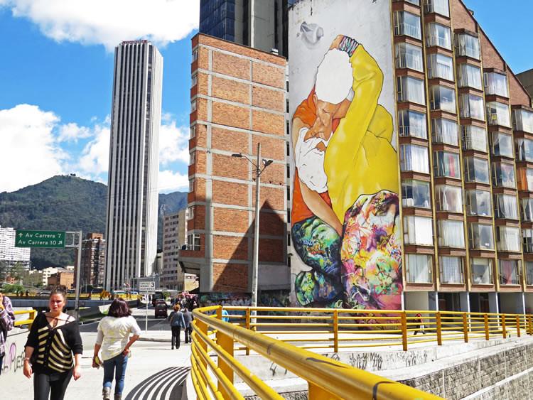 'El beso de los invisibles' en la Calle 26, Bogotá. Image vía TuHotelBogota.co
