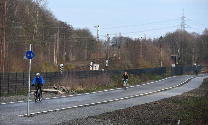 Alemania inaugura un tramo de su primera bicipista que tendrá 100 kilómetros de extensión