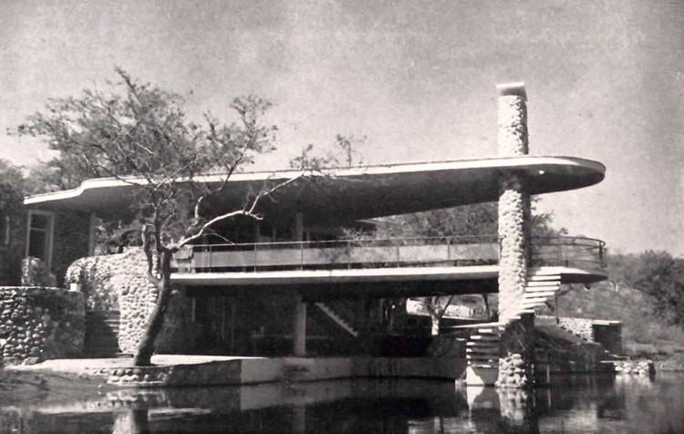 Vista desde el lago, Casa Quintana en el Lago de Tequesquitengo, Tequesquitengo, Morelos, México 1947  Arq. Max Cetto. ImageImagen vía Tumblr: Una Vida Moderna