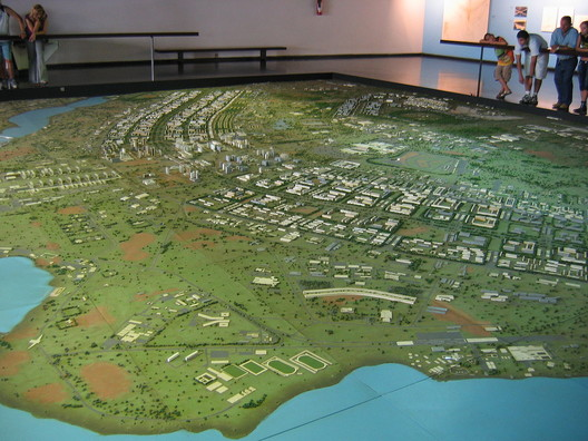 Una maqueta de la planificación de Brasília. Image Cortesía de O Espaço Lúcio Costa