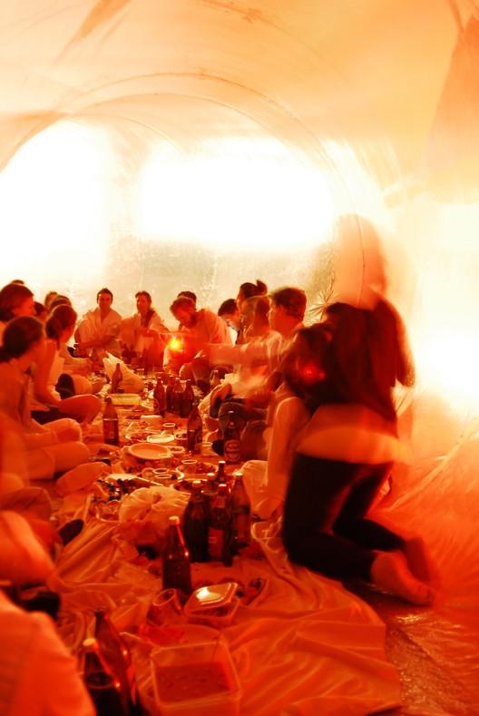 Performance culinaria realizada en el interior de la estructura neumática realizada por estudiantes de la Escuela de Arquitectura de Madrid, 2012.. Image Cortesía de Pneumatic Serendipity