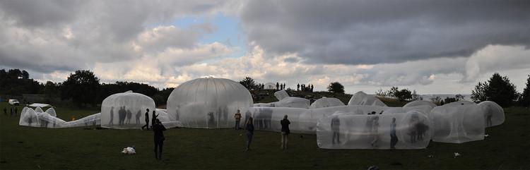 Estudiantes experimentan nuevas maneras de habitar en Pneumatic Serendipity, Instant Aarhus, 2013.. Image Cortesía de Pneumatic Serendipity