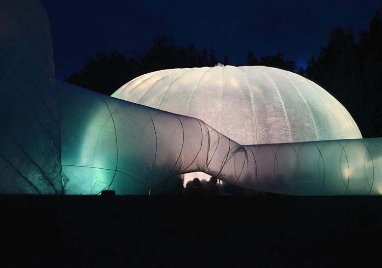Vista nocturna de la cúpula de la Instant Aarhus, 2013.. Image Cortesía de Pneumatic Serendipity