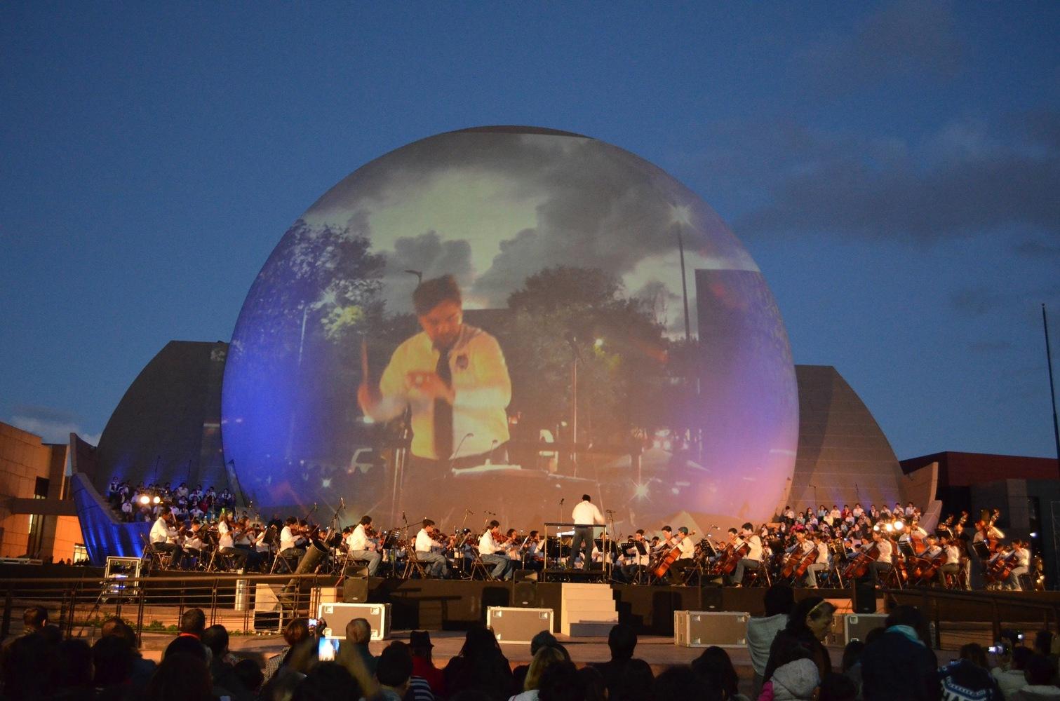 Un concierto a las afueras de la Bola de Tijuana se proyecta también