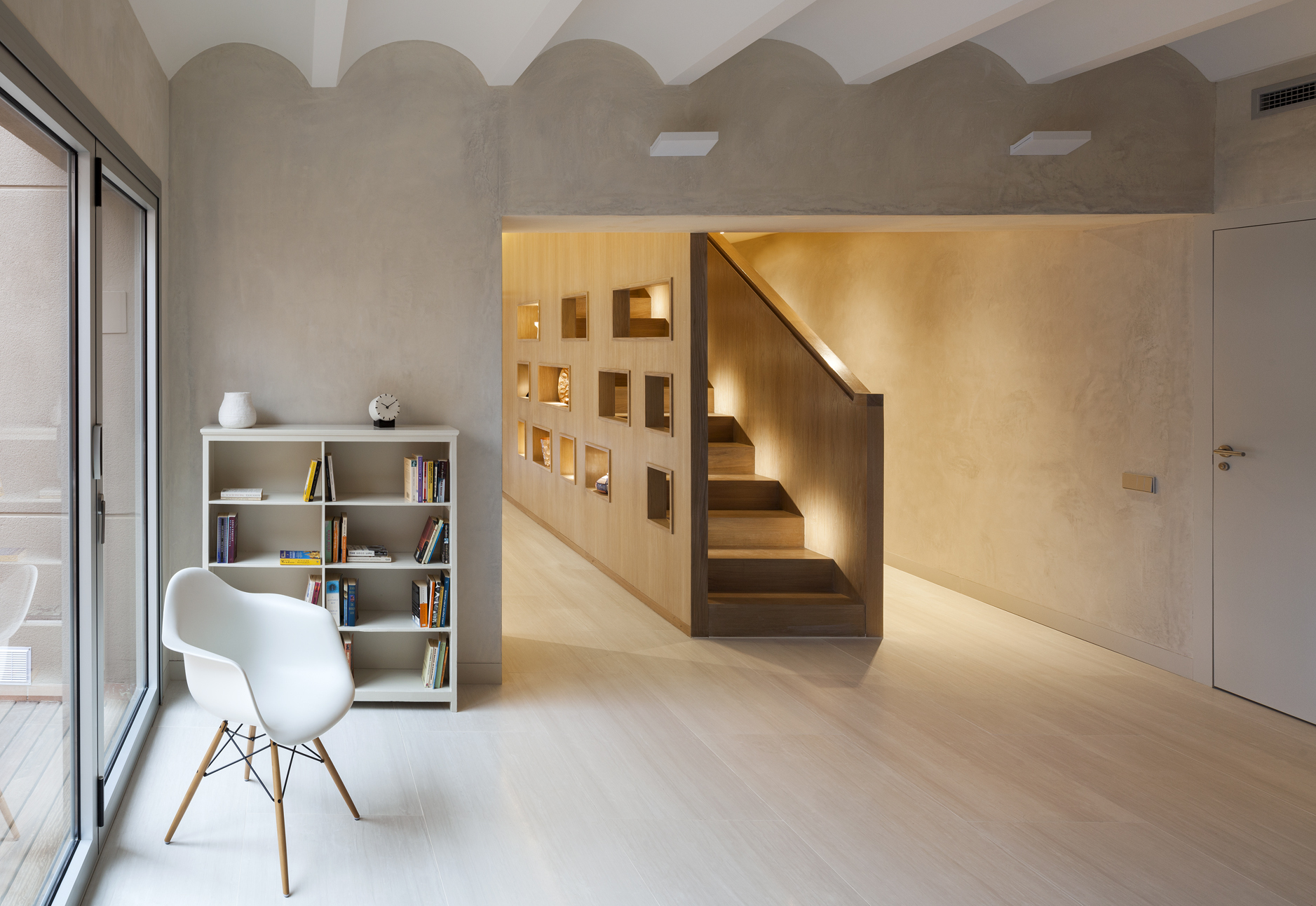 Duplex in gracia zest architecture archdaily for Puertas interiores blancas