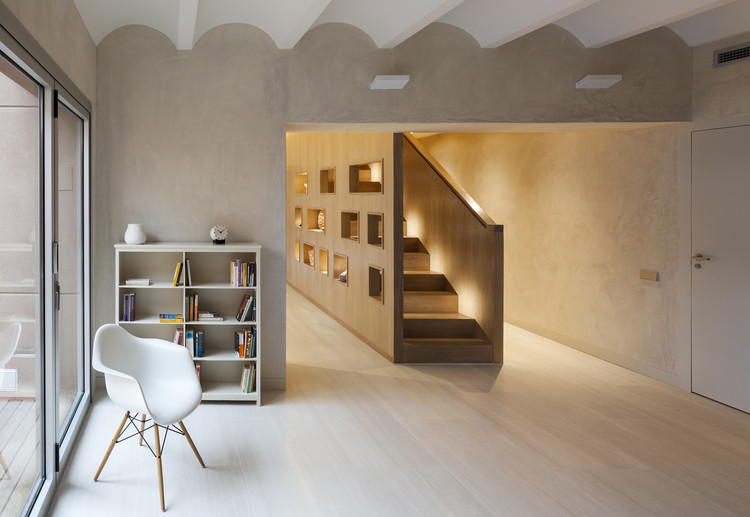 Duplex in gracia zest architecture archdaily for Decoracion duplex escaleras