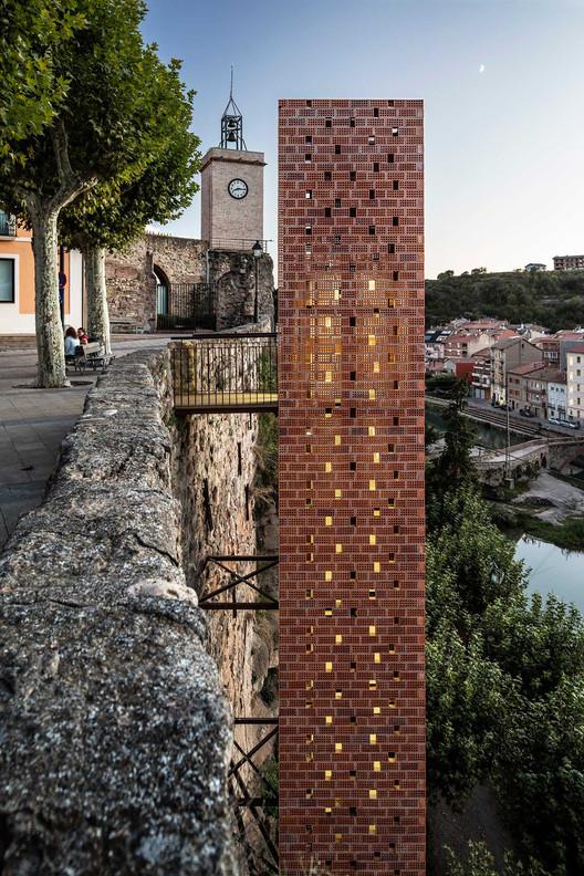 Nuevo acceso al centro histórico de Gironella. Image © Adrià Goula