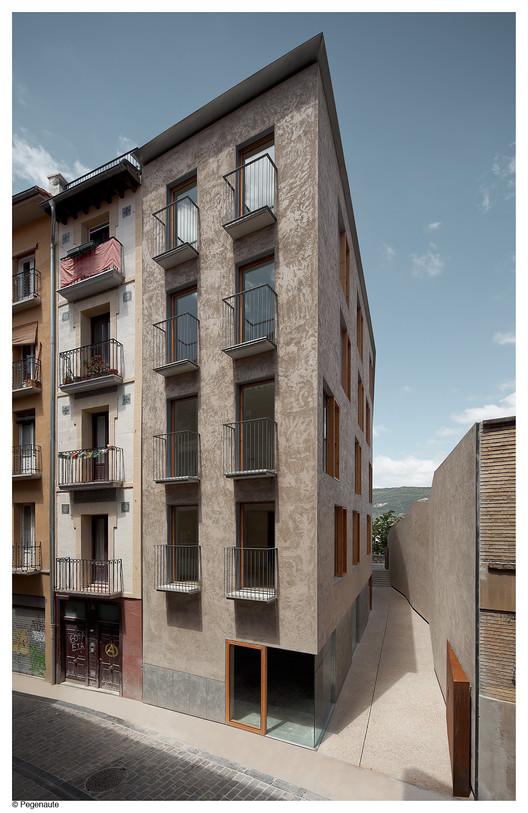 Edificio de viviendas para realojos en el Casco Histórico de Pamplona . Image Cortesía de Pedro Pegenaute