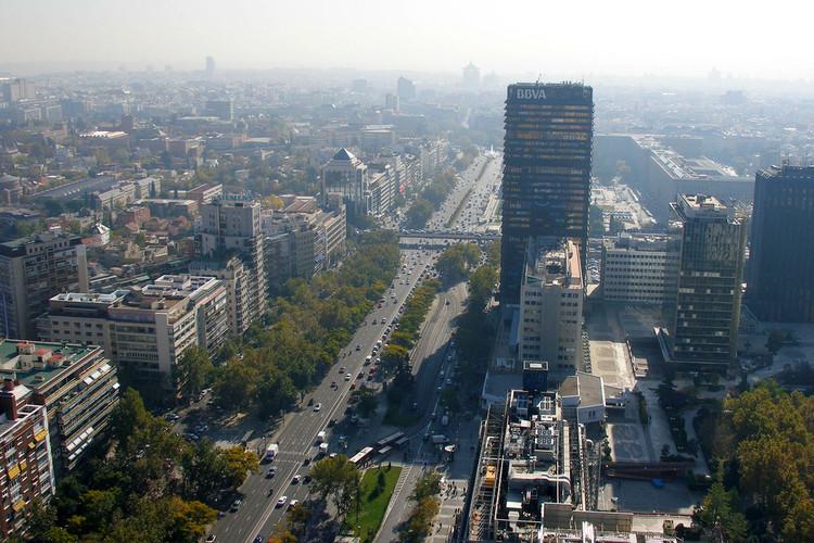 Paseo de la Castellana, Madrid: planean cambiar vías para autos por espacios para peatones y ciclistas, Paseo de la Castellana, Madrid. Image © miguelsaez7, vía Flickr