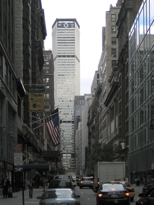From the side, the MetLife building is far less intrusive. Image © Wikimedia user Postdlf licensed under CC BY-SA 3.0