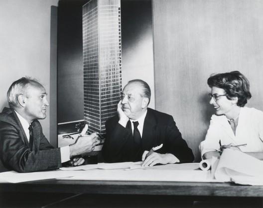 Philip Johnson, Ludwig Mies van der Rohe, y Phyllis Lambert frente a una imagen de la Torre Seagram, Nueva York, 1955. Impresión, 7½ × 9⅜ in. Fotógrafo desconocido. Fonds Phyllis Lambert, Canadian Centre for Architecture, Montreal. Imagen © United Press International