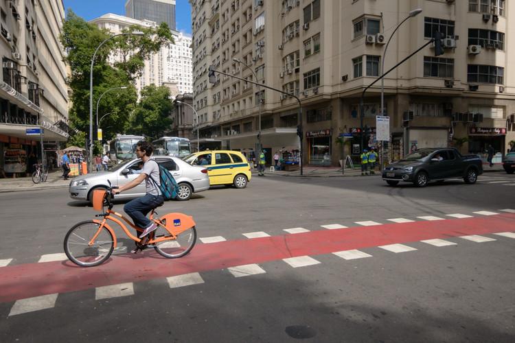 Ciclo Rotas do Centro, Clarisse Linke (Instituto de Políticas de Transporte e Desenvolvimento - ITDP Brasil), Zé Lobo (Transporte Ativo), Pedro Rivera (Studio-X), Rio de Janeiro - © Stefano Aguiar. Image Cortesia de Fundação Bienal de São Paulo