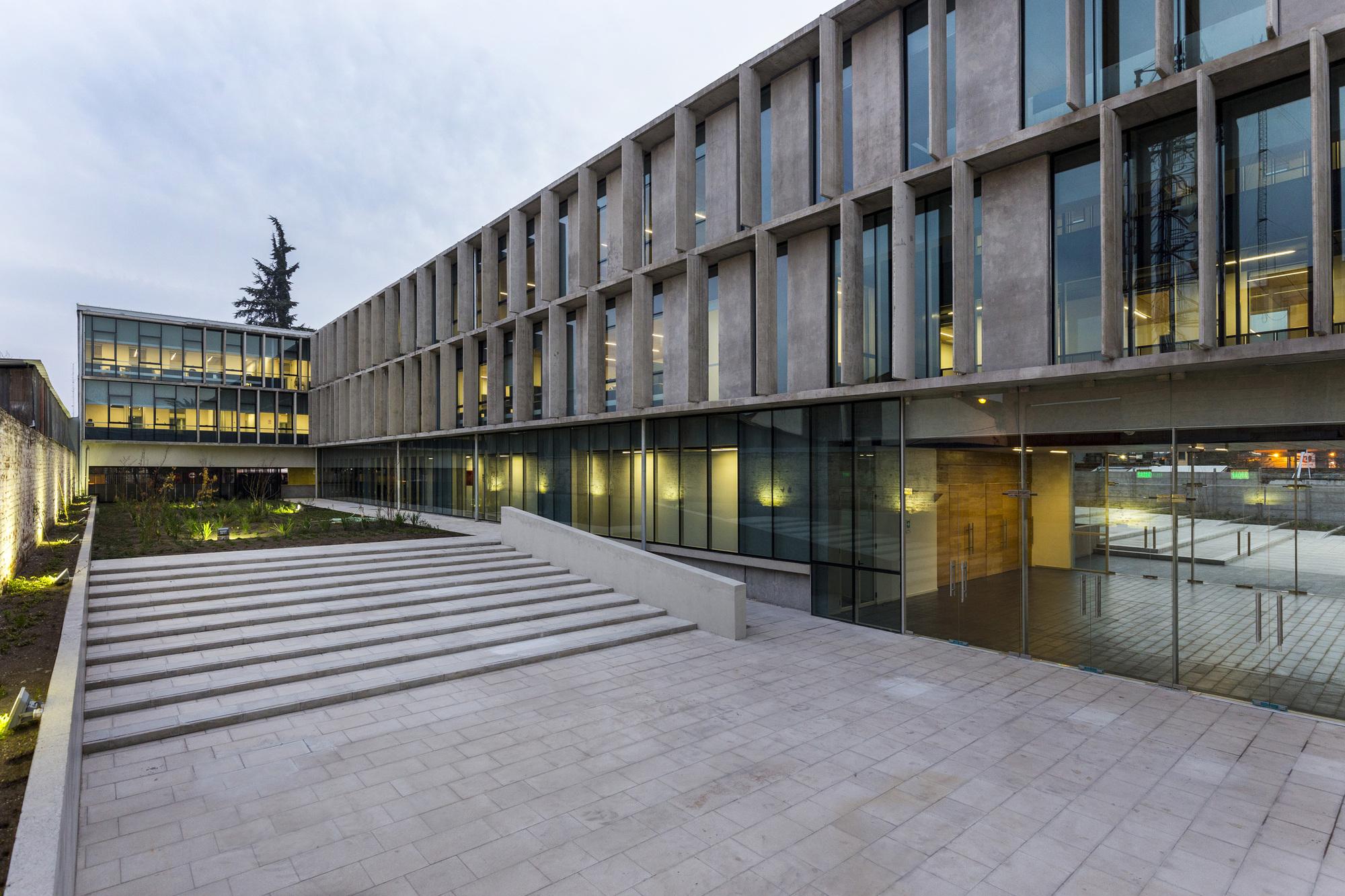 Edificio Institucional Del Ministerio Chileno De Vivienda