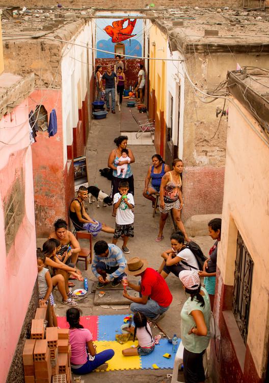 """Arquitectura para afrontar riesgos cotidianos: Workshop """"Barrios Altos Resiliente"""" en Lima, Perú, Actividades en Quinta El Carmen. Image © Fabiola Espinoza"""