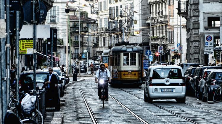 Milán estudia pagarle a sus ciudadanos que van a trabajar en bicicleta, Milán, Italia. Image © Mariano Mantel, vía Flickr