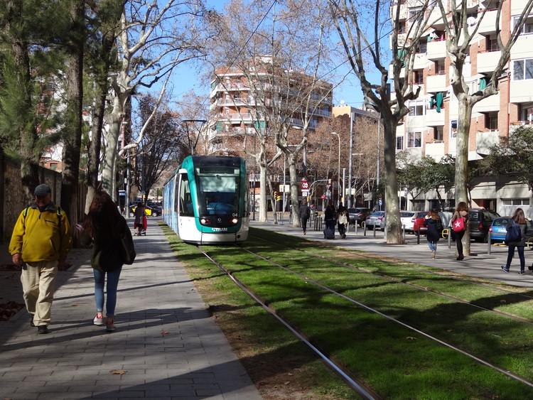 Los servicios urbanos de calidad tienen que ver con sistemas de movilidad modernos, seguridad en las calles, caminabilidad, arborización y orden en la ciudad. Image © Aldo Facho Dede