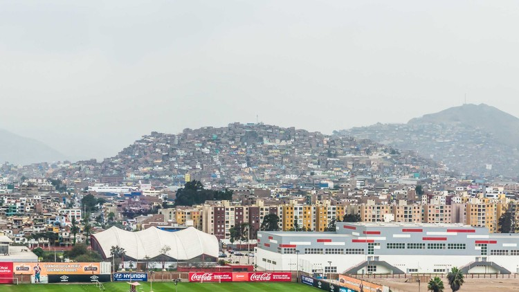 La falta de planificación y mala administración del suelo permiten desarrollos inmobiliarios y loteos especulativos en suelos que no cuentan con servicios urbanos de calidad. Image © Eleazar Cuadros